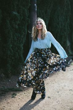 OOTD: Floral and Flowing | Who says you can't be a total bohemian queen? Dress that way with lace sleeves, a maxi skirt, and a DIY Crystal Crown to complete the look! Casual Clothes, Casual Outfits, Cute Outfits, Diy Crystal Crown, Modern Day Witch, Queen Dress, Diy Crystals, Lace Sleeves, That Way