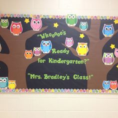 Kindergarten owl bulletin board I made today. Whooo's ready for a new school year? have all classes make owls:) Front hallway Owl Bulletin Boards, Kindergarten Bulletin Boards, Reading Bulletin Boards, Preschool First Day, Beginning Of Kindergarten, Kindergarten Classroom, Owl Theme Classroom, Classroom Door, Classroom Ideas