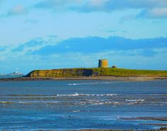 The 5 Best Romantic Walks and Strolls in Dublin City - The Great South Wall - Martello Tower, Sandymount Dublin Bay, Dublin Ireland, Ireland Travel, Marine Traffic, Dublin Castle, Walking In The Rain, Travel Couple, Vacation Trips, Places To See