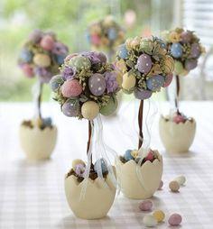 Pâques 2015- décoration de table avec des œufs multicolores en forme d'arbres décoratifs