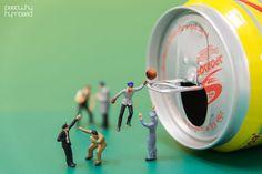 De minuscules figurines interagissent avec les objets de la vie quotidienne