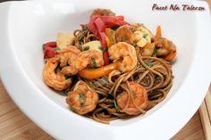Krewetki z makaronem - orientalnie i na szybko | Facet Na Talerzu Shrimp, Spaghetti, Meat, Poland, Ethnic Recipes, Food, Essen, Meals, Yemek