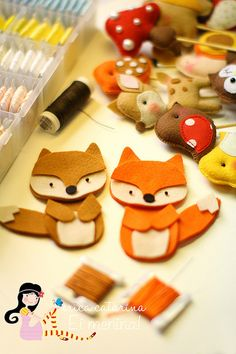 Idea for felt foxes, look at other ideas on this page Fox Crafts, Diy And Crafts, Craft Projects, Sewing Projects, Crafts For Kids, Felt Fox, Wool Felt, Felt Christmas, Christmas Crafts