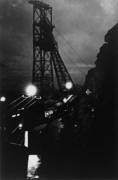奈良原一高「人間の土地」より 緑なき島-軍艦島 立坑夜景 (1954-57)