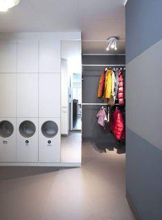 GOD ORDEN: Den mørkeste veggfargen er Lady Sen Yoga. Modulsystemer og speil er fra Ikea, det er benyttet kjøkkenoverskap. I de tre nederste skapene er det skåret hull, og montert toppene av tre vaskebaljer, en rimelig og prydelig løsning. I speilet skimtes kjøkkenet samt kombiskapet som familien har plassert på vaskerommet. Garderobestengene fra Byggmaker er montert i to høyder, takspoter fra Belid.