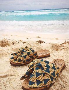 Cet été à la plage, on n'hésite pas à troquer nos tongs contre une paire de mules de caractère