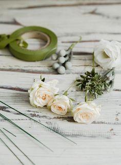 interflora-diy-floral-head-comb-step-3 Wedding Hair Flowers, Headpiece Wedding, Bridal Headpieces, Flowers In Hair, Floral Wedding, Wedding Veils, Flower Hair, Fascinators, Gold Wedding