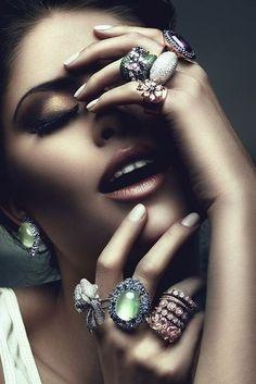 Catálogo Jóias - Ringe an den Fingern sehen so gut aus. Jewelry Ads, Jewelry Model, Bling Jewelry, Photo Jewelry, Jewelry Design, Nice Jewelry, Diamond Jewelry, Silver Jewelry, Dainty Jewelry