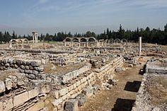 Las ruinas de Anjar (Líbano), ciudad fundada por el califa Walid I a principios del siglo VIII, muestran una ordenación rigurosa del espacio que se asemeja a la de las ciudades-palacio de la Antigüedad. Los vestigios de Anjar constituyen un testimonio único del urbanismo de los Omeyas.