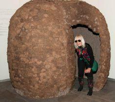 Marta Minujín, infaltable presencia en arteBA, recrea su obra Comunicando con tierra, de 1976.