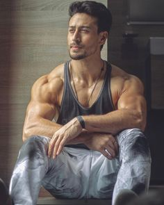 fitness no pain no gain homme musculation muscles thé modèles Bollywood Actors, Bollywood Celebrities, Bollywood Couples, Indian Celebrities, Rougue One, Tiger Shroff Body, Salman Khan Photo, Bodybuilding, Look Body