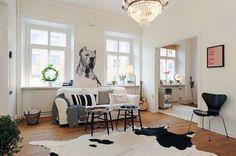 Un immense tapis peau de vache pour décorer le salon scandinave  http://www.homelisty.com/salon-scandinave/
