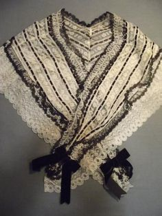 Lace cape, circa 1859 blond mechanical silk and thin ribbons of black velvet lace. It shall attach a faceplate strawberry bigouden, region of Pont-Aven, nineteenth century. Starched linen pleated fan and chemical lace with floral decoration