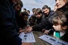 Ignacio González acompaña a un grupo de escolares en una senda guiada en inglés y hace balance de visitantes a espacios protegidos