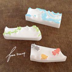 今夏のつながるシリーズをもう一つ^^ 金魚と朝顔のマステ風パターンはんこ。つながるシリーズはよく作る題材ですが、3版重ねて仕上げるのは、教室では多分初めて... Eraser Stamp, Calligraphy Drawing, Stamp Carving, Handmade Stamps, Aesthetic Pastel Wallpaper, Diy Home Crafts, Linocut Prints, Hand Carved, Craft Projects