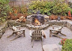 feuerstelle garten Gravel Patios A sunken design and rustic flagstone walls ensure that gravel doesn't spill into the adjoining gardens and lawn. The smallish gravel mimics the var Fire Pit Backyard, Backyard Patio, Backyard Landscaping, Landscaping Ideas, Flagstone Patio, Patio Wall, Fire Pit In Garden, Sunken Patio, Pea Gravel Patio