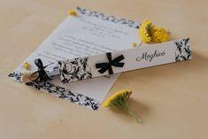 Virág mintákkal díszített meghívó. A hasáb alakú dobozában található a szatén és organza szalaggal díszített kémcső. A benne található, mintával díszített pauszpapíron olvashatóak a meghívóra megálmodott szövegek. A pauszpapír feltekerve, organza szalaggal átkötve található a kémcsőben. #kémcsövesmeghívó #esküvőimeghívó #meghívó #testtube #testtubeinvitation  #üzenetapalackban  #kreatívcsiga #weddinginvitation #wedding #invitation #esküvő #palackposta #blackwhitewedding #feketefehéresküvő