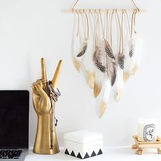 Bring those summer vibes in with this simple and easy feather wall hanging!