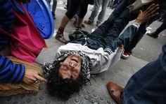 Un ferito durante le proteste a Madrid contro le misure di austerità decise dal governo spagnolo. (Paul Hanna, Reuters/Contrasto)