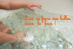 faire des bulles dans le bain avec un pot de yaourt  / bubbles during  bath time