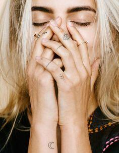 Tatouage de doigt - Des tatouages jusqu'au bout des doigts - Elle