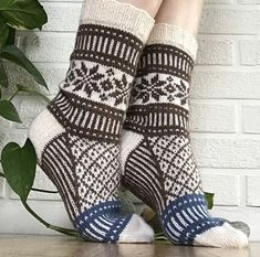 Ravelry: Project Gallery for Forresten sokker pattern by Marianne Skjelstad Knitting Socks, Free Knitting, Knit Socks, Knitting For Dummies, Party Jackets, Mitten Gloves, Mittens, Knit In The Round, Alpacas