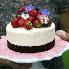 """Den här flädermoussetårtan med jordgubbar kommer bli sommarfavoriten på alla kalas och fikastunder. Receptet är hämtat ur boken """"Lättlagad sommarmat"""" (Orda"""