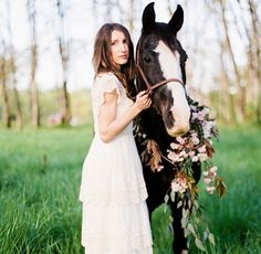Amazing photo shoot with my horse max !  #countrywedding #bridalgown…