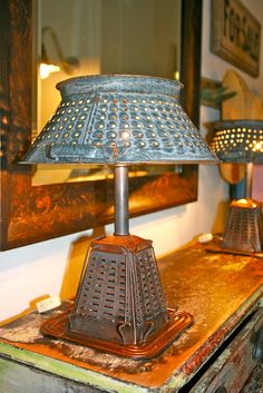 Desk lamp made with a recycled strainer and a vintage toaster! Desk lamp made with a recycled strainer and a vintage toaster! Recycled Kitchen, Old Kitchen, Kitchen Tools, Kitchen Utensils, Recycled Lamp, Kitchen Lamps, Nice Kitchen, Recycled Crafts, Kitchen Lighting