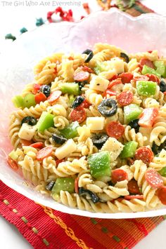 Pizza Pasta Salad - all the flavors of a delicious pizza in a pasta salad. the-girl-who-ate-everything.com