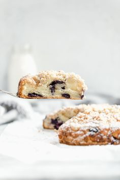 Take classic blueberry scones to the next level with a buttery streusel. These blueberry streusel scones are perfect for mothers day! Breakfast Time, Breakfast Recipes, Dessert Recipes, Vegan Desserts, Brunch Recipes, Breakfast Ideas, Sweet Recipes, Bagels, Broma Bakery