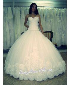 шикарное платье из воздушного фатина , с изящными розами по подолу и элегантной линей декольте ! для невест с любым типом фигуры.