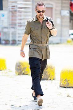 Street looks à la Fashion Week homme printemps-été 2016 de Milan, chemise kaki militaire, lunettes de soleil