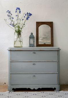 Butik Lanthandeln - Underbar liten byrå SÅLD Hand Painted Furniture, Repurposed Furniture, Antique Furniture, Diy Furniture Tutorials, Furniture Ideas, Blue Dresser, Swedish Interiors, Furniture Makeover, Dresser Furniture