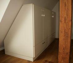 Witte maatkast met schuine achterwand volledig naar wens online te ontwerpen via jouwMaatkast.nl met verschillende afmetingen, decors, indeling en grepen.