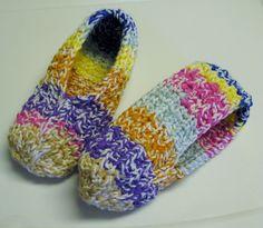 J'ai fait le grand ménage dernièrement. J'ai rassemblé tout ce que j'avais comme restes de Phentex, puis je me suis grattée le coco. :-) J'ai d'abord pensé à attacher … Knit Slippers Free Pattern, Knitted Slippers, Slipper Socks, Loom Patterns, Knitting Patterns, Crochet Patterns, Free Crochet, Knit Crochet, Patron Crochet