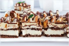Ciasto góra lodowa to jedno ze smaczniejszych ciast przekładanych z kremem jakie jadłam. Pomimo dziwnej nazwy ciasto jest niesamowicie pyszne i zachęcam do przygotowania i wypróbowania. Cake Bars, Easter Party, Yummy Cakes, Baked Goods, Cake Recipes, Deserts, Food And Drink, Chocolate, Sweets