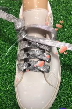 Creative ideas about folding clothes and jackets – BuzzTMZ Ways To Lace Shoes, How To Tie Shoes, Diy Fashion, Mens Fashion, Fashion Tips, Creative Shoes, Creative Ideas, Clothing Hacks, Lace Patterns