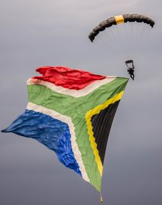 Skydiver with South African flag African Life, African Culture, Beaches In The World, Countries Of The World, South African Flag, Le Cap, Fontainebleau, Tomorrow Is Another Day, Out Of Africa