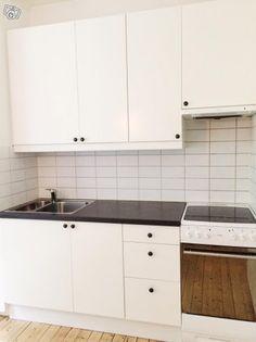 Nästintill komplett kök säljes på grund av renovering. Vi säljer väggskåp, bänkskåp, bänkskiva, sockel, diskho, blandare, integrerad fläkt samt spis/ugn. Samtliga delar är i mycket gott skick. Stommar och luckor (vit) är inköpta på IKEA 2012. Köket ä...