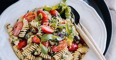 Pastasalaatti on täydellinen kesäruoka. Tällä reseptillä onnistut siinä varmasti. Fusilli, Vinaigrette, Mozzarella, Pasta Salad, Pesto, Ethnic Recipes, Food, Crab Pasta Salad, Essen