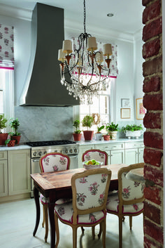 Traditional country kitchens are a design option that is often referred to as being timeless. Over the years, many people have found a traditional country kitchen design is just what they desire so they feel more at home in their kitchen. Shotgun House, Classic Kitchen, Kitchen Modern, Southern Kitchens, Country Kitchens, Farmhouse Kitchens, New Orleans Homes, New Orleans Decor, Country Kitchen Designs