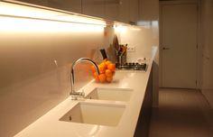 Vista de la cocina, con iluminación lineal contínua a medida bajo los armarios