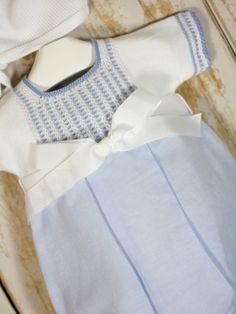 Pelele combinado punto con lino en color azul tiza y lazada de Paz Rodriguez. Primavera-verano 2017.Capota no incluida, a la venta en sección capotas.
