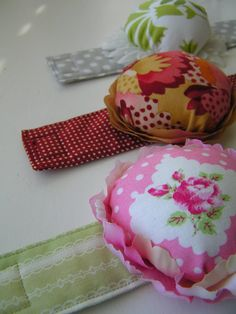 I love that these pincushions have a wrist band. Again, instead of keeping it on your wrist, you could pin it to the arm of the chair. Tea Rose Home: Tutorial ~Sew Stylish Pincushion~