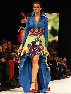 CULTURA INDIGENA COLOMBIA Mexican Fashion, Mexican Outfit, Ethnic Fashion, Hijab Fashion, Fashion Dresses, Fashion 2017, Love Fashion, Fashion Beauty, Fashion Show