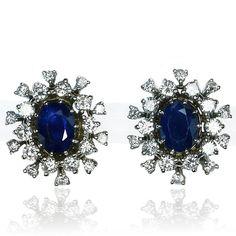 Earrings with Diamonds and Sapphire  Eine charmante Vollendung für Ihr gutes Stylings sind die Diamant-Saphir Ohrclips mit 1,841ct Saphir und 0,995ct Diamanten in Weissgold    Strahlend und schön glitzern diese Ohrclips mit Saphir und Diamanten.  Im Mittelpunkt jeweils ein facettierter ovaler Saphir von zusammen 1,841 ct..  Umrahmt wird jeder der blauen Edelsteinen von 20 Diamanten insgesamt 0,995 ct.