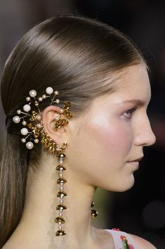 Georges Hobeika at Couture Spring 2017 --- I like the line of drawn down from the lobe and the decorative elements behind the ear. I also like how it works with the shape of the ear. Bridal Accessories, Jewelry Accessories, Fashion Accessories, Jewelry Design, Earring Trends, Jewelry Trends, Ear Jewelry, Jewelery, Georges Hobeika