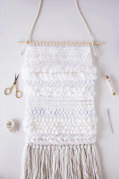 お部屋に秋冬らしさを加えるなら、ニットのインテリア雑貨がマストですよね。そこで今回は、毛糸を編んで作るタペストリーについてご紹介します。段ボールさえあれば、編み物の知識ゼロでも簡単に作れますよ。