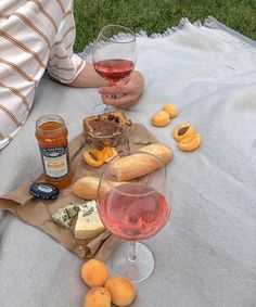 Rose wine makes me happy🐙🌷🍒 📷: Picnic Date, Beach Picnic, Summer Picnic, Summer Aesthetic, Aesthetic Food, Comida Picnic, Wine Making, Cute Food, Alcoholic Drinks